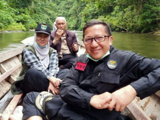 Gubernur Mahyeldi beserta rombongan saat berperahu di Sungai Lolo.
