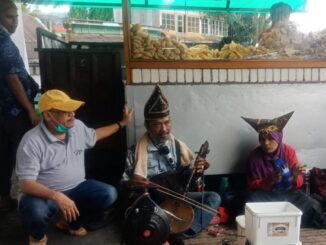 Husin Daruhan bersama seniman tradisi.