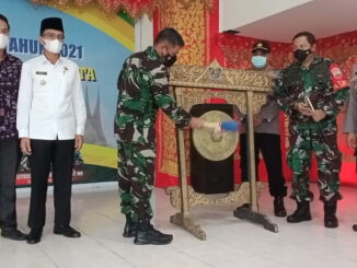 Kasiter Korem 032-Wbr Kolonel kav.Husnizon menutup kegiatan TMMD ke 111 Kodim 0306-50 Kota ditandai dengan pemukulan gong.