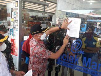 Penempelan Surat Edaran Terkait PPKM di Salah Satu Minimarket