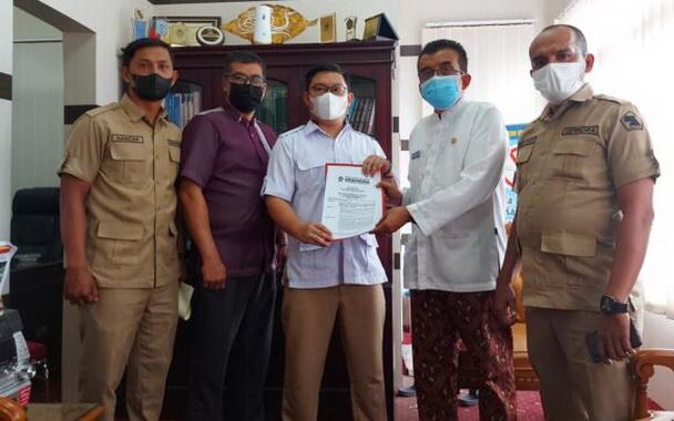 Pengurus DPC Gerinda Bukittinggi menyerahkan surat pengusulan penggantian ketua DPRD Bukittinggi dari DPP Gerinda kepada Sekretariat Dewan.