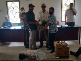 Penyerahan Alat Tangkap dan kebutuhan untuk mencari ikan di laut di Aula Desa Matobe kecamatan Sipora Selatan kabupaten kepulauan Mentawai.
