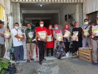 Penyerahan bantuan beras dari DPW PKPS Sumbar.