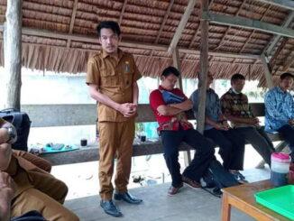 Penyerahan bantuan oleh Desa Mara.