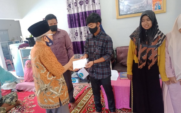 Penyerahan beasiswa buat mahasiswa Sulit Air.