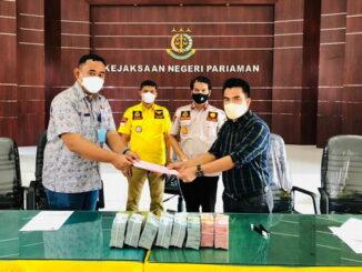 Penyerahan uang hasil korupsi PT. Hyang Sri.