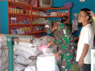 Personil satgas TNMD kunjungi distribusi pupuk bersubsidi di talang Maur.