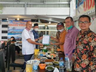 S. Budi Syukur saat menyerahkan susunan pengurus.