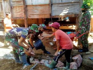 Satgas TMMD tengah membantu merenovasi rumah warga.