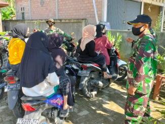 Sejumlah remaja Talang Maur yang tidak memakai masker diingatkan satgas TMMD.