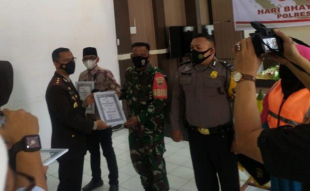 Serka Junaidi anggota satgas TMMD menerima penghargaan dari Kapolres Kota Payakumbuh.
