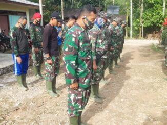 Setiap pagi sebelum turun ke lapangan mengerjakan pekerjaan, satgas TMMD berdoa menerima arahan dari komando.