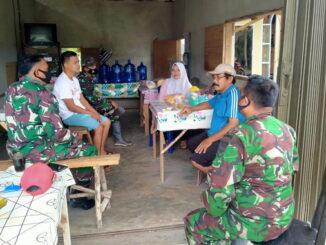 Silaturahmi personil TMMD dengan masyarakat guna mensosialisasikan berbagai program pembangunan.