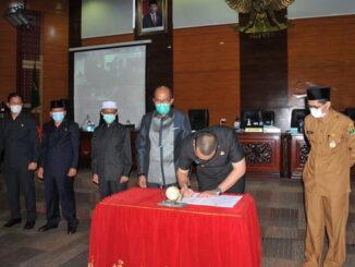 Wakil Gubernur Sumbar Audy Joinaldy saat manandatangani nota kesepakatan Ranperda Tentang Peratanggung jawaban APBD tahun 2020.