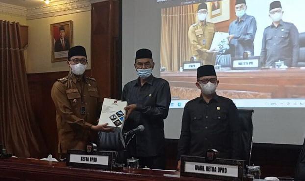 Wako Erman Safar menyerahkan rancangan KUA PPAS kepada DPRD Kota Bukittinggi.