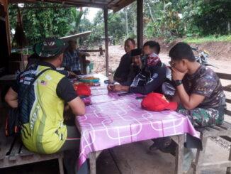 Waktu senggang diisi anggota satgas TMMD dengan komsos dengan masarakat di sekitar lokasi TMMD.