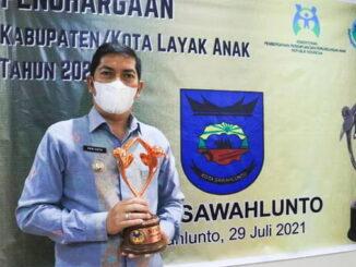 Walikota Sawahlunto, Deri Asta, S.H saat menerima Penghargaan dari KemenPPPA.