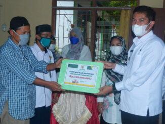 Walikota Sawahlunto saat menyerahkan bantuan di Kecamatan Lembah Segar.