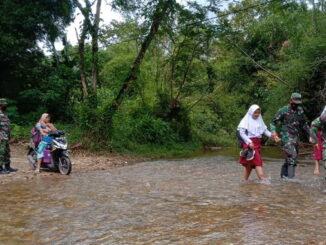 Warga melintasi sungai yang kering di Jorong Talang.