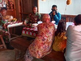 Warung kopi menjadi salah satu tempat berkomunikasi sosial anggota Satgas TMMD dengan masarakat.