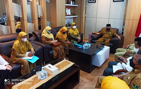 Wawako Zohirin Sayuti dan Sekdako Sawahlunto, Dr.dr. Ambun Kadri, MKN dan Kepala SMA-SMK-MAN se - Kota Sawahlunto bersama cabang Diknas Sumbar.