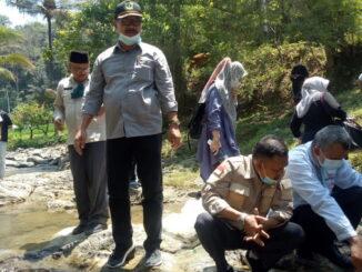 Anggota DPRD Sumbar Deswipetra Dt Manjinjiang Alam saat akan lepaskan ikan di Nagari Siberambang.