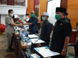 Anggota DPRD Sumbar menyampaikan hasil reses kepada Ketua DPRD Suumbar Supardi dalam rapat paripurna.