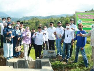 Angota DPR RI Athari Gauti Ardi bersama bupati Epyardi Asda saat mengunjungi Sariak Alahan Tigo.