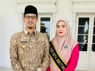 Bunda PAUD kota Bukittingi ny.Fiona Erman Safar bersama Wako usai pengukuhannya.