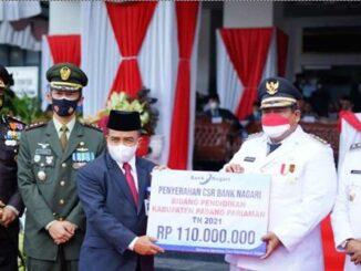 Kepala Cabang Bank Nagari Lubuk Alung Zulfahmi menyerahkan secara simbolis kepada Bupati Padang Pariaman Suhatri Bur SE,MM.