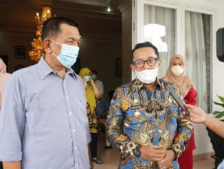 Bupati Rusma Yul Anwar bersama bupati Eka Putra.