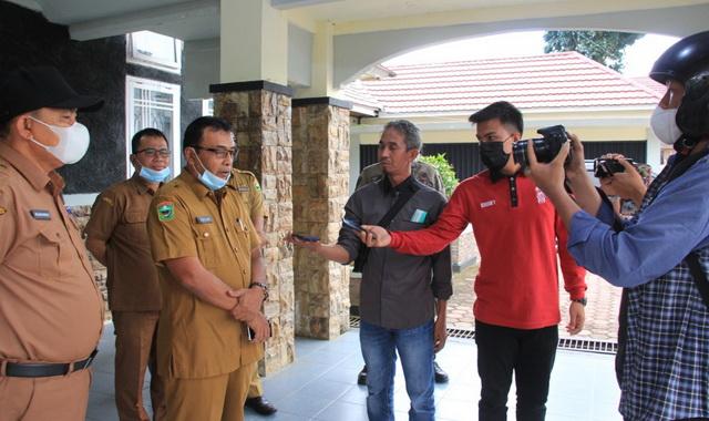 Edisar saat mengunjungi rumah dinas Ketua DPRD Kab. Solok.