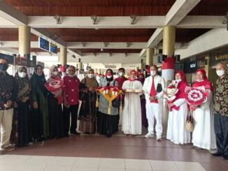Flora Flecia Tanjung bersama keluarga dan pengurus PKPS Sumbar.