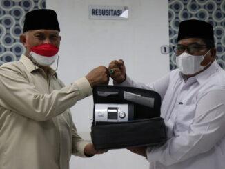 Gubernur Mahyeldi menyerahkan ventilator kepada Bupati Suhatri Bur.
