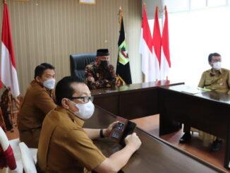 Gubernur Mahyeldi saat mengikuti virtual zooom.