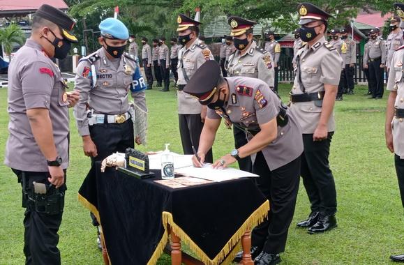 Kapolres Sijunjung, AKBP Muhammad Ikhwan Lazuardi, S. H, S. Ik, MH tengah menyaksikan penandatanganan pakta integritas oleh Kasat Sabhara, IPTU. Brata Rahmat Sukarsih, SH.