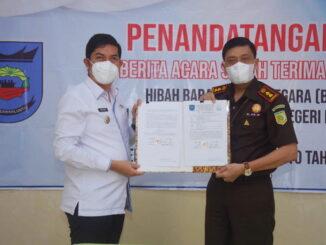 Kepala Kejaksaan Negeri Sawahlunto dan Walikota Sawahlunto selesai penandatanganan Berita Acara Serah Terima Barang Milik Negara.