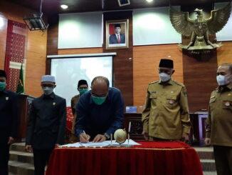 Ketua DPRD Sumbar Supardi saat menandatangani nota kesepakatan penetapan KUA PPAS Tahun 20022.
