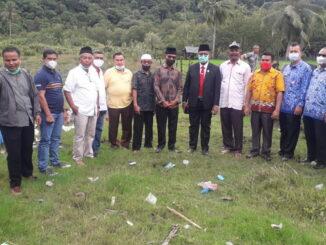 Komisi IV DPRD Kota Padang saat menjajaki lahan yang direncanakan pembangunan SMK di Bungus Teluk Kabung.