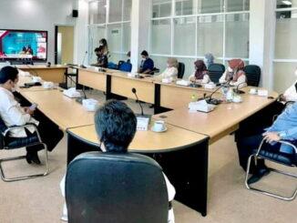 Mengikuti acara HUT ke-64 LAN-RI secara virtual dari ruang VIP Balaikota Padang Panjang.
