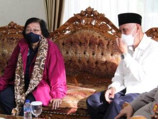 Menteri LHK Siti Nurbaya Bakar bersema Gubernur Sumbar Mahyeldi.
