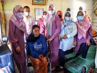 Ny. Emiko bersama warga yang menerima bantuan kursi roda.