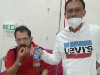 Paddry Chan, di salah satu rumah sakit sedang memberikan racikan herbalnya kepada salah seorang pasien Covid-19.