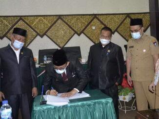 Penandatanganan berita acara pendapat akhir fraksi-fraksi DPRD Kota Padang.