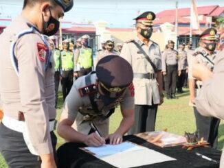 Penandatanganan berita acara sertijab di Polres Pariaman.