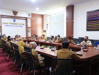Rapat bersama Asisten I Dafrul Pasi, Asisten II Elzadaswarman, kepala OPD dan camat di Ruang Pertemuan Randang.