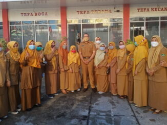 Wagub Audy Joinaldi bersama guru SMKN 6 Padang.