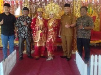 Wakil Bupati Agam, Irwan Fikri.SH, Anggota DPRD Agam, Yopi Eka Androni,bersama dengan kedua mempelai.