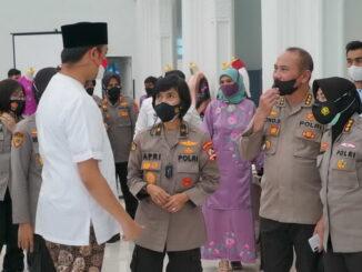 Wako Erman Safar bersama Polwan.