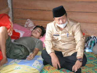 Bupati Agam, H.Andri Warman, MM saat membezuk Budi yang lagi terbaring di rumahnya.